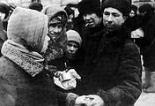 Обмен товарами на рынке блокадного Ленинграда.