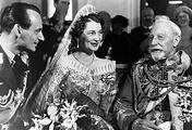 Бывший император Вильгельм (справа) на свадьбе своего внука Луи Фердинанда (слева) и великой княжны Киры Кирилловны Романовой (в центре) в Дорне. 4 мая 1938 года