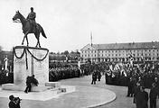 Анри Филипп Петен возлагает венок к памятнику Фердинанду Фошу в его родном городе Тарб. 7 мая 1941 года