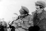 Канадский солдат пытается утешить раненого бельгийского ребенка, мать которого погибла при бомбежке