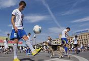 Флешмоб по жонглированию мячом на площади Павших борцов в рамках праздничных мероприятий, посвященных началу отсчета 1000 дней до ЧМ-2018