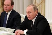 Президент РФ Владимир Путин и руководитель администрации президента РФ Антон Вайно (на дальнем плане)