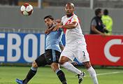 Форвард сборной Уругвая Луис Суарес (слева) против защитника перуанцев Альберто Родригеса