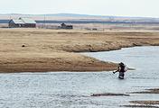 Илья Имеев переносит на себе детей из деревни Батхай через речку Куда, чтобы они смогли попасть в школу