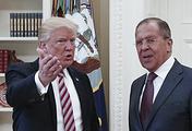 Президент США Дональд Трамп и министр иностранных дел РФ Сергей Лавров во время встречи в Белом доме