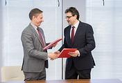 Главный редактор ТАСС Максим Филимонов (слева) и ректор ТГУ Эдуард Галажинский