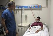 Пострадавший от предполагаемого применения химического оружия в госпитале, Турция, 4 апреля