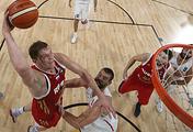 Центровой сборной России Тимофей Мозгов атакует кольцо соперника в матче за бронзу Евробаскета с испанцами