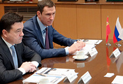 Губернатор Московской области Андрей Воробьев (слева) на встрече с руководством Hino Motors