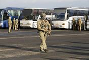 Военнослужащие ВСУ возле автобус с пленными