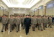 Лидер КНДР Ким Чен Ын (в центре) в Кымсусанском дворце