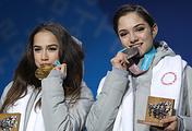 Алина Загитова и Евгения Медведева (слева направо)