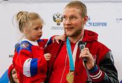 Хоккеист Сергей Андронов с дочерью на церемонии встречи олимпийцев в Москве
