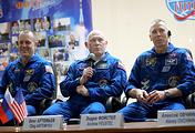 Астронавт NASA Ричард Арнольд, космонавт Роскосмоса Олег Артемьев и астронавт NASA Эндрю Фойстел