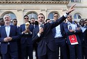 Тренер сборной Франции Дидье Дешам (слева) и президент Франции Эмманюэль Макрон (в центре)