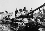 Танк Ис-2 у Бранденбургских ворот, 1945 год