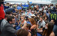 Во вторник делегаты и гости съезда из числа сторонников Берни Сандерса провели митинг в пресс-центре