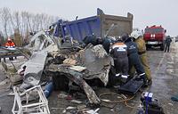 На месте столкновения двух грузовых, двух легковых автомобилей и машины скорой помощи на трассе в Коченевском районе