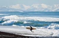 Серфингист на побережье Авачинского залива