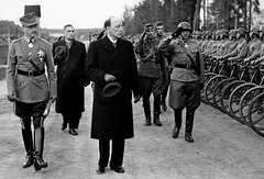 Маршал Маннергейм и президент Рюти инспектируют войска в Энсо(ныне Светогорск), 4 июня 1944 года