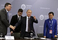 Главный исполнительный директор Total S.A. Патрик Пуянне, президент России Владимир Путин и исполнительный председатель Alibaba Group Джек Юн Ма во время рабочего обеда с руководителями крупнейших иностранных компаний и деловых ассоциаций