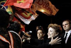 Экс-президент Бразилии Дилма Руссефф (вторая справа) приветствует своих сторонников на военно-воздушной базе Канзас в Порту-Алегри. Бразилия, 6 сентября
