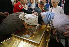 Верующие у ковчега с частицей мощей святителя Николая Чудотворца