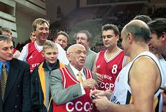 Александр Гомельский со своими учениками