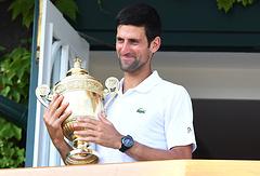 Новак Джокович с кубком победителя Уимблдонского теннисного турнира
