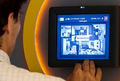 """Все устройства в современном """"умном доме"""" подключены к интернету. Управляются со смартфона, с пульта, по голосовой команде. А еще они умеют общаться между собой"""