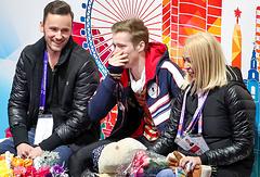 Фигурист Александр Самарин (в центре) и тренер Светлана Соколовская