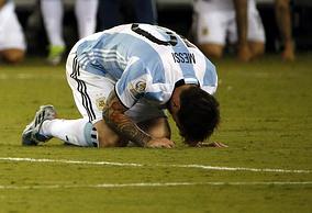 Лионель Месси во время финального матча Кубка Америки-2016 между сборными Аргентины и Чили
