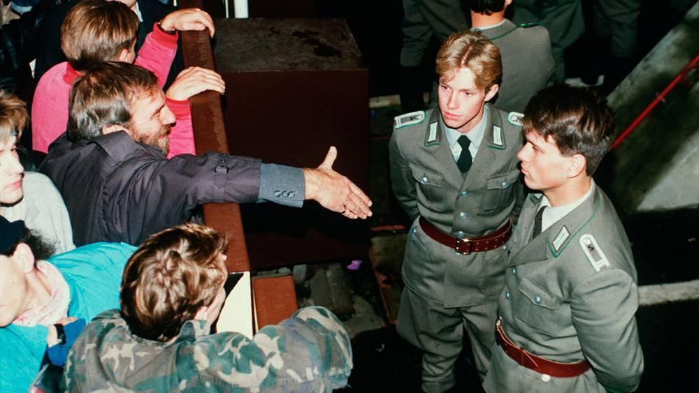 Пограничники ГДР и жители Западного Берлина. Ночь с 9 на 10 ноября 1989. Фото АР