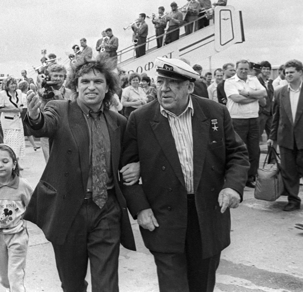 Директор екатеринбургского цирка Анатолий Марчевский (слева) и директор московского цирка Юрий Никулин, прибывший в город для встречи с местными цирковыми артистами. 1995 год