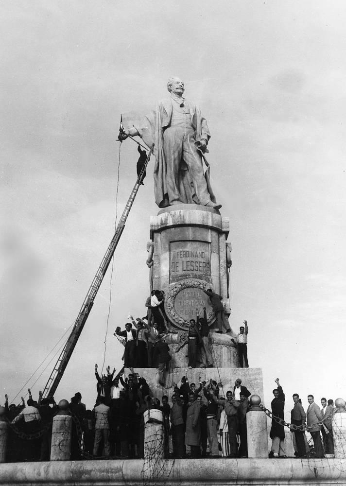 Памятник Фердинанду де Лессепсу, руководителю строительства Суэцкого канала перед взрывом, 24 декабря 1956