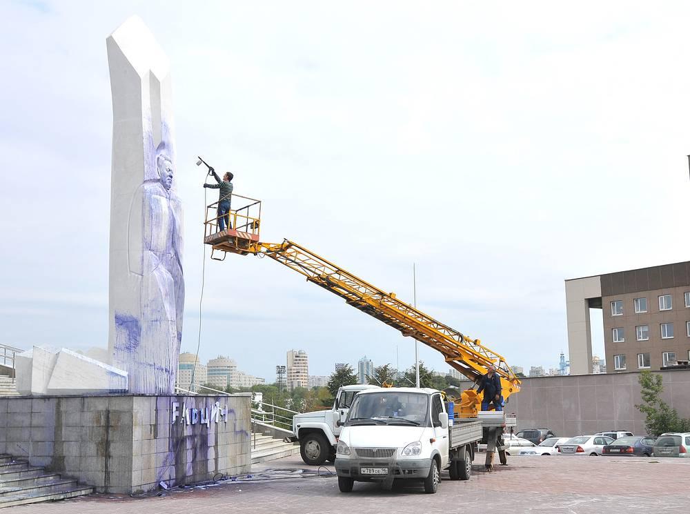 Ликвидация последствий осквернения памятника Борису Ельцину, Екатеринбург, 24 августа 2012
