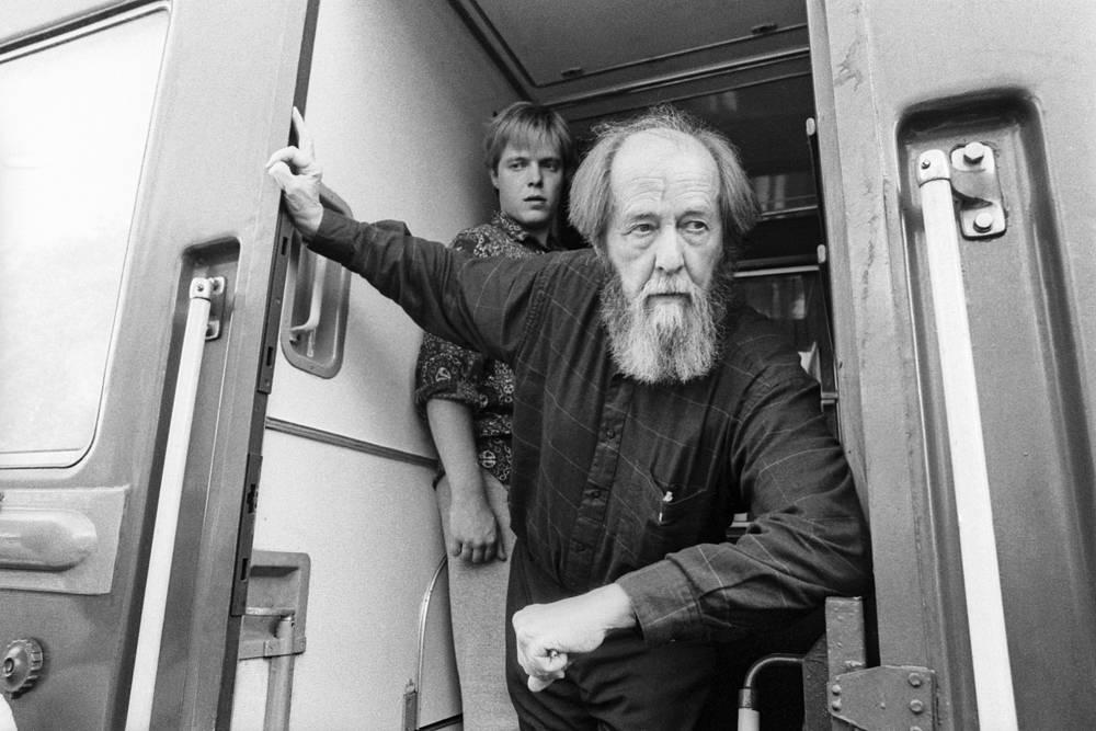 С сыном Ермолаем во время путешествия из Владивостока в Москву. 1994 год