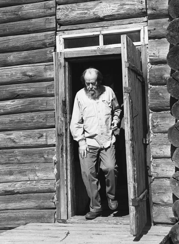 """Дом Матрены Захаровой в деревне Мильцово, впоследствии - героини рассказа """"Матренин двор"""". 1994 год"""