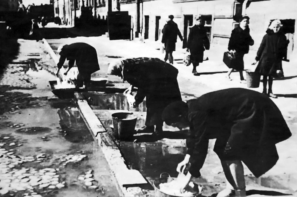 Стирка белья на Социалистической улице. Июнь 1942 г.