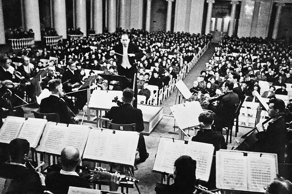 Исполнение  Седьмой Ленинградской симфонии Дмитрия Шостаковича   в Большом зале Ленинградской филармонии.1942 г.