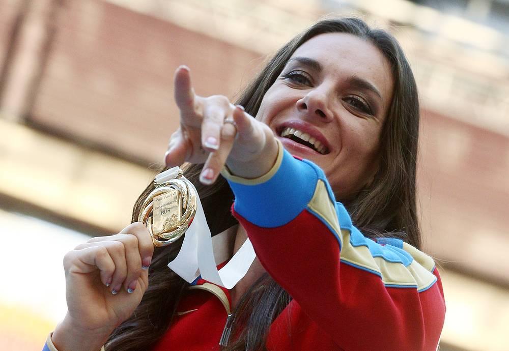 Российская спортсменка Елена Исинбаева, завоевавшая золотую медаль в соревнованиях по прыжкам с шестом среди женщин на чемпионате мира по легкой атлетике 2013