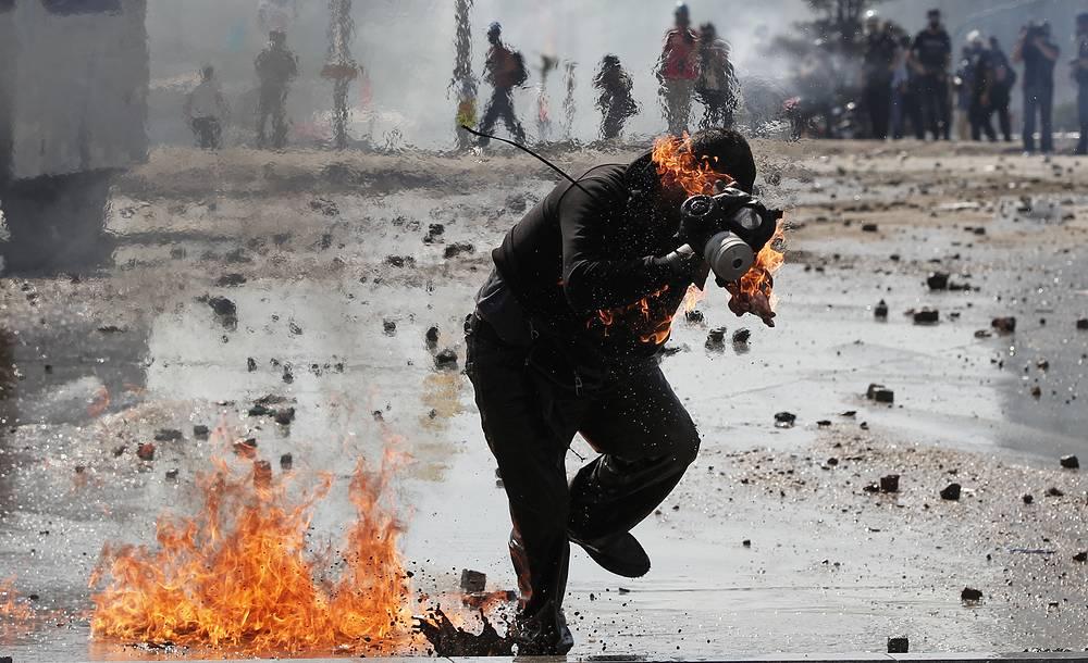 В жесткие столкновения с полицией на площади Таксим в Стамбуле переросли акции протеста против решения властей о вырубке парка Гези. 11 июня 2013 года