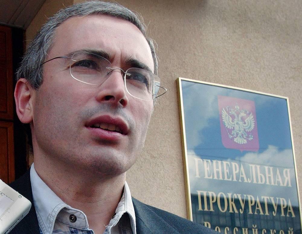 4 июля 2003. Михаил Ходорковский у здания Генеральной прокуратуры, где он провел около 2-х часов на допросе.