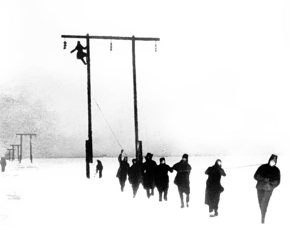 Раскатка провода «Ледовой линии». 1943 г.