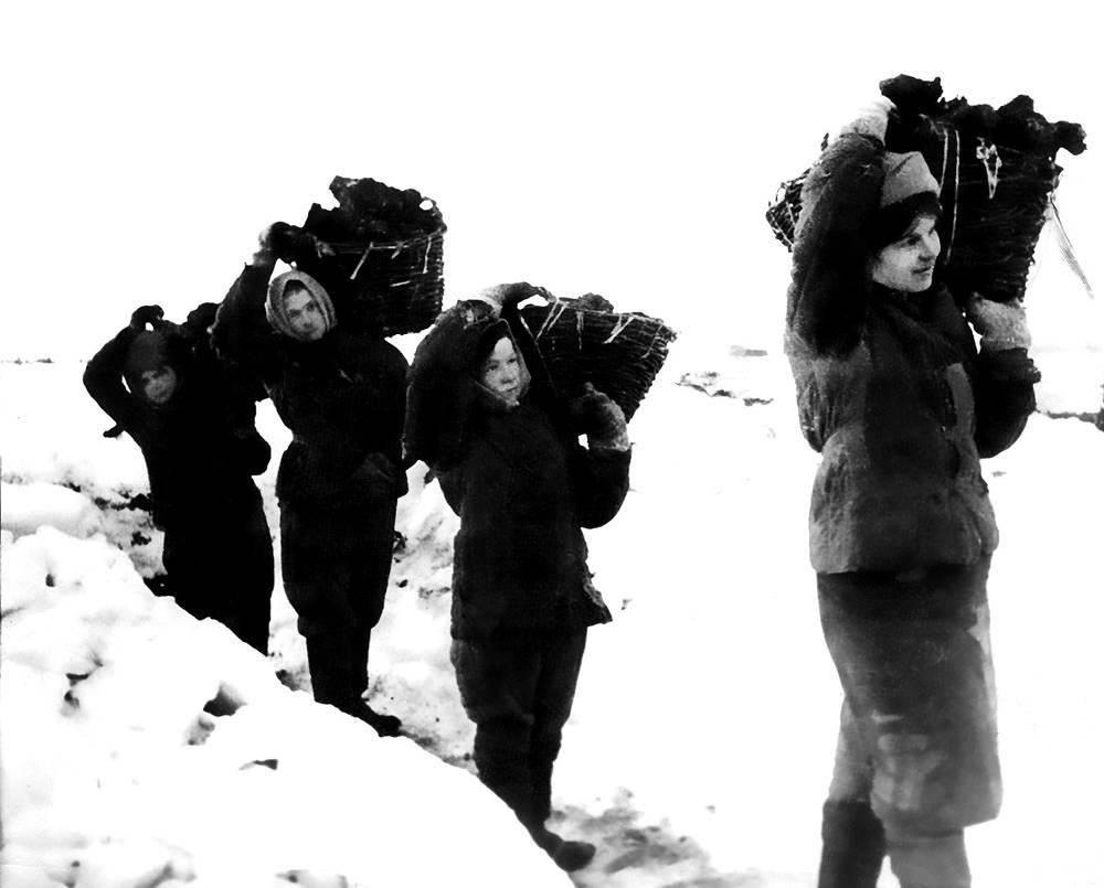 Заготовка торфа. 1942 г.