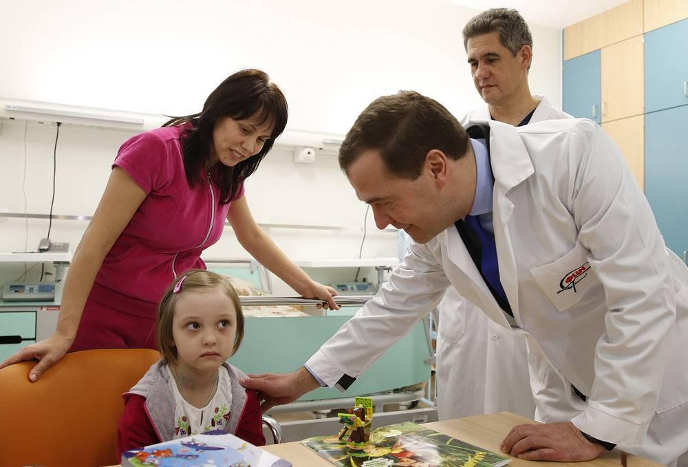 Главный врач Федерального центра нейрохирургии Альберт Суфианов (на втором плане) и премьер-министр РФ Дмитрий Медведев во время посещения детского отделения в Федеральном центре нейрохирургии