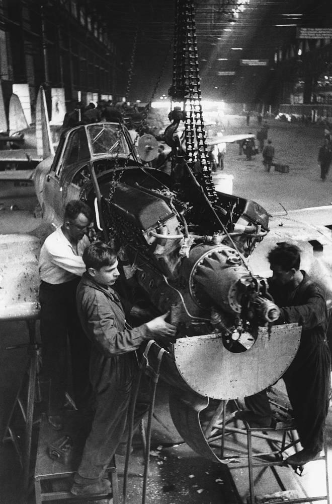 Сборка истребителей на  заводе. 1942 г.