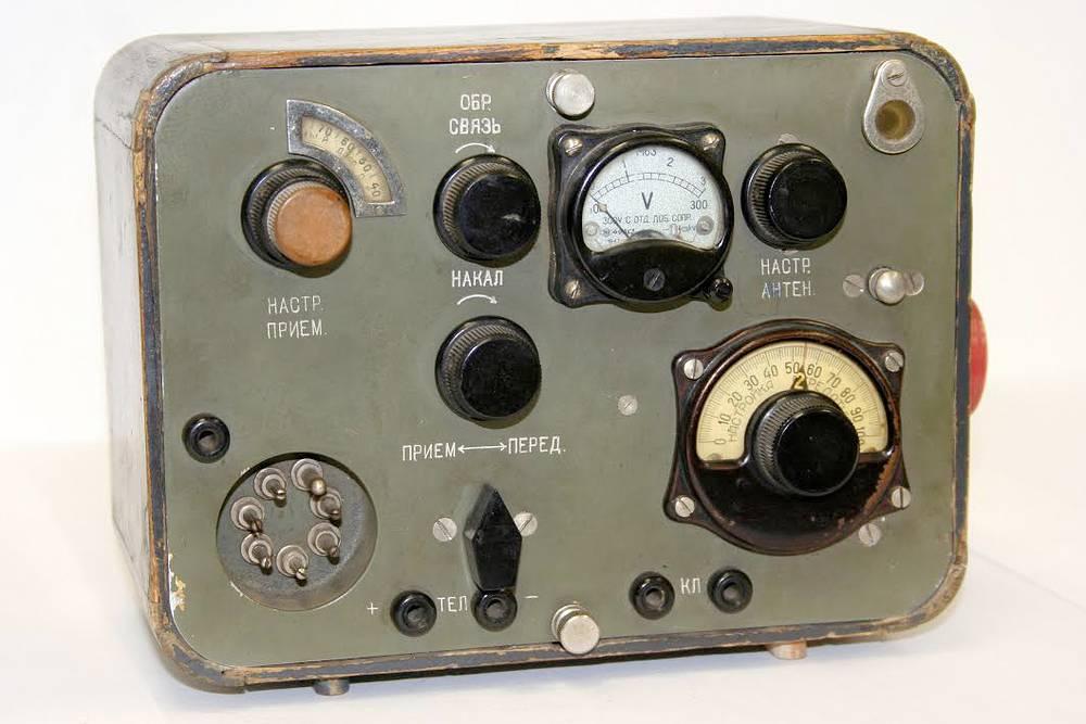 """Радиостанция """"Север"""". Малогабаритная КВ радиостанция, которую выпускали для оснащения разведгрупп и партизанских отрядов. В Ленинграде такие радиостанции начали собирать на заводе им. Козицкого в октябре 1941 г."""