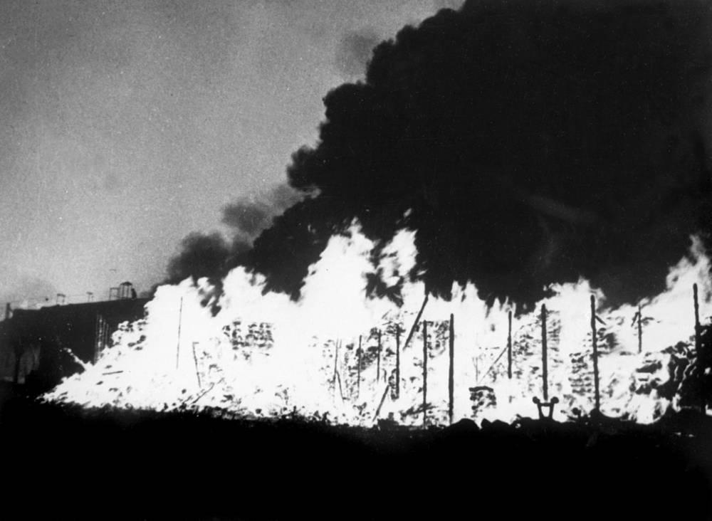Горят склады от сброшенных фашистами зажигательных бомб.Сентябрь 1941 года.