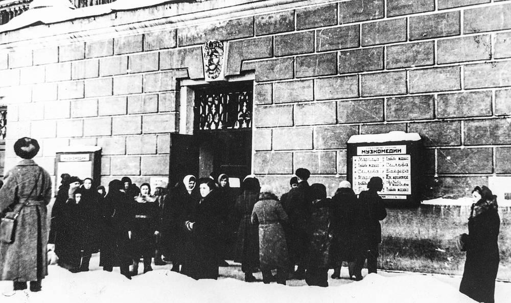 Очередь за билетами у здания Академического театра драмы имени А.С.Пушкина, в котором  давали спектакль актера Музыкальной комедии. 1942 г.